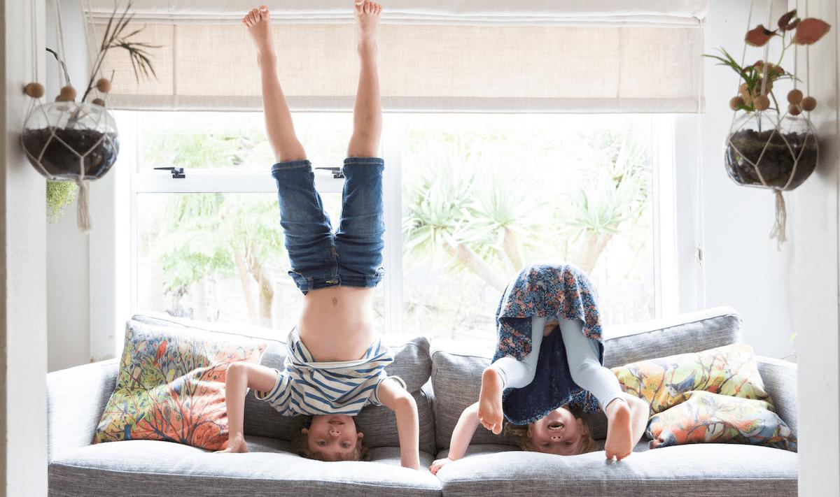 Niños haciendo yoga en casa