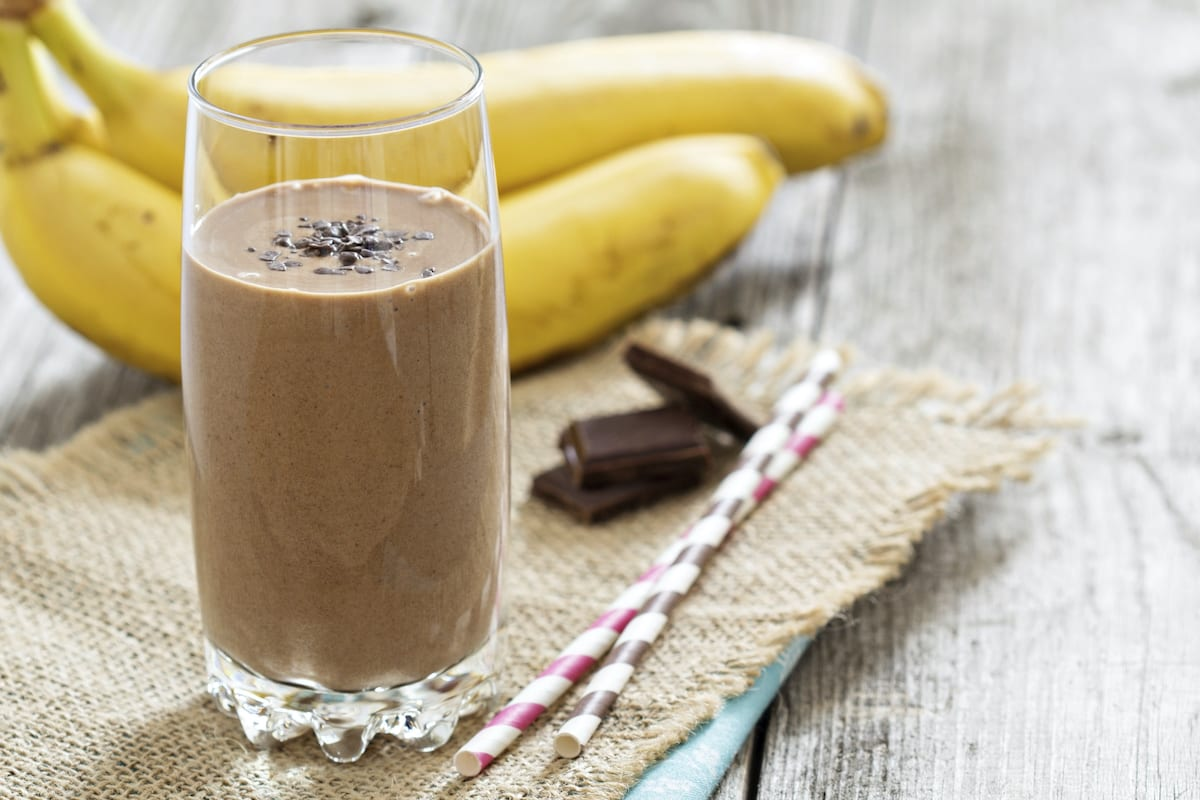 Smoothie saludable de cacao y plátano