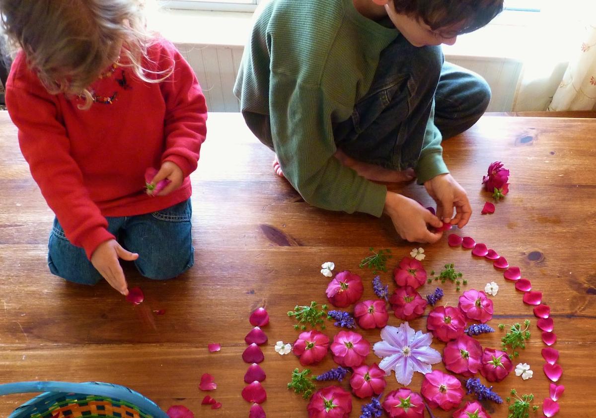 Niños haciendo un mandala