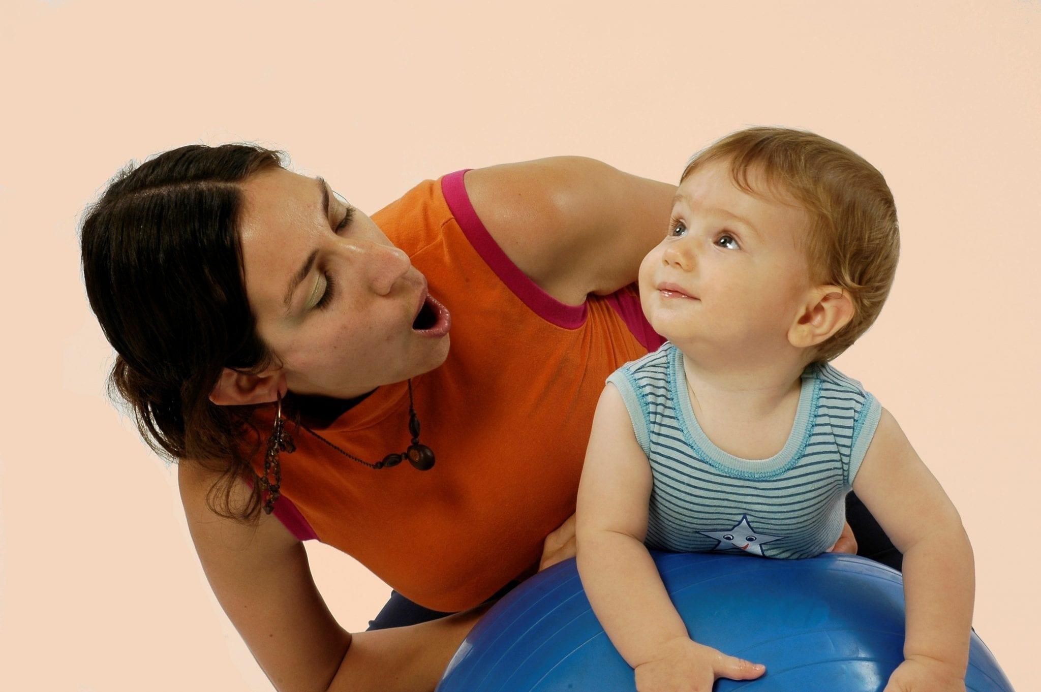 Bebé disfrutando con su mami de las nanas en inglés